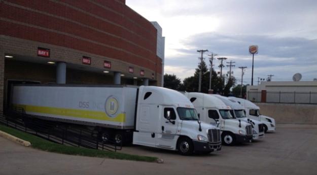 Trucks an der Halle